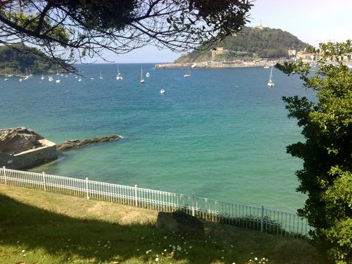 Vista de la playa de la concha con la Isla de Santa Clara desde los jardines del Palacio de Miramar de Donosti, hoy (tiempo expléndido)