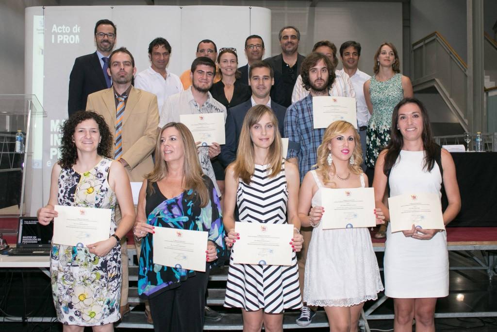 Foto de familia de la graduación de la I Promoción del Master de Innovación en Periodismo